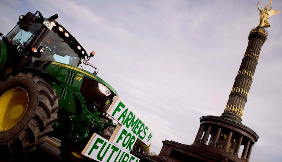 """<p>Neue Umweltstandards, strengere Regeln für Düngemittel - und im Supermarkt günstige Preise für Fleisch, Wurst und Milch? Die Bauern in Deutschland kochen. Seit einigen Wochen protestieren sie im ganzen Land gegen die Agrarpolitik in Berlin und gegen eine zunehmende Anzahl von Forderungen und Behauptungen, die für viele Landwirte nur eine """"negative Einstellung"""" zu ihrem Beruf darstellen.</p><p><br></p><p>Die Politik will es aufnehmen. """"Nie zuvor war unsere Landwirtschaft einem solchen Druck ausgesetzt wie heute"""", sagte Kleckner am Samstag auf einem Kongress der CDU-Partei in Leipzig. Es gibt verschiedene Themen:</p><p><br></p><p><strong>""""Landwirtschaftliche Verpackungen bedrohen Landwirte""""</strong></p><p><br></p><p>Die vom Ministerkabinett Anfang September initiierten Pläne erregten akuten Ärger. Für die Verbraucher sollte ein neues Logo erscheinen - Schweinefleisch mit den besten Viehmerkmalen -, wenn die Landwirte freiwillig teilnehmen.</p><p><br></p><p><strong>Die Düngerregeln sehen Frsut vor</strong></p><p><br></p><p>Um das Grundwasser besser zu schützen, sollten die Landwirte den Düngerauftrag unter anderem auf Gülle beschränken. Weil Brüssel Deutschland wegen zu hohen Nitratgehalts verklagt hat und der Europäische Gerichtshof 2018 richtig verstanden hat. Was Landwirte stört: Jetzt sollen nur noch die geänderten Anforderungen für 2017 verschärft werden, sonst kann Deutschland irgendwann gedeihen, hohe EU-Bußgelder.&nbsp;</p><p><br></p><p><strong>Verbraucher müssen über den Verbrauch Bescheid wissen</strong></p><p><br></p><p>In der Diskussion betont Klöckner deutlich den Einfluss der Verbraucher auf einen besseren Schutz von Umwelt und Tieren. Beim Kauf muss berücksichtigt werden, dass jedes ausgewählte Produkt eine Bestellung auslöst, so der Minister. """"Wer Bio auf den Feldern will, muss Bio kaufen.""""</p><p><br></p><p><strong>Proteste rücken ins politische Rampenlicht</strong></p><p><br></p><p>Auch Bauernkundgebungen stehen auf der Bundestagsagenda. Während der"""