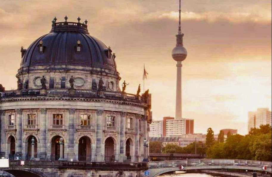 """<p><br></p><p>Das Berliner Ensemble hat ein Experiment mit dem Prinzip """"Pay what you want"""" gemacht: Besucher konnten selbst entscheiden, was Sie bezahlen können. Nach den sieben Abenden im September hat das Theater nun Bilanz gezogen.</p><p><br></p><p>Zuschauer spendeten im Durchschnitt weniger Geld als die Eintrittskarte kostet. Im Schnitt hätten Besucher 9 Euro gezahlt, teilte eine Sprecherin mit. Der reguläre Preis betrage sonst im Neuen Haus zwischen 13 und 29 Euro, ermäßigte Karten kosteten 9 Euro.</p><p><br></p><p>Am Abend seien aber mehr neue Zuschauer dort gewesen - etwa jeder vierte Besucher sei erstmals im Berliner Ensemble gewesen. """"Wir wollten die Berlinerinnen und Berliner neugierig machen auf unser Neues Haus, und das ist gelungen"""", erklärte Intendant Oliver Reese.</p><p><br></p><p>Laut Theater ist keine Fortsetzung des Zahlungsexperiments geplant. Solche Angebote gibt es bisher beispielsweise auch in der Gastronomie - manche Bars lassen Besucher selbst entscheiden, wie viel sie für ein Glas Wein zahlen. Auch Museen haben damit schon experimentiert.</p>"""