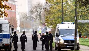 """<p>Berliner Polizeiexperten entschärften eine Bombe aus dem Zweiten Weltkrieg in Berlin-Hellersdorf. Sie würden den Zünder ausschalten und zur Detonation bringen, sagte ein Polizeisprecher am Montagnachmittag. """"Es gibt überhaupt keine Gefahr."""" Neben einer kurzen Unterbrechung der Entsorgung bei Sperrkrais verlief alles nach Plan. Die Bombe selbst soll an den Ort der Explosion in Grunewald geliefert und dort später zur Detonation gebracht werden.</p><p><br></p><p>Laut Polizei können 13.000 Menschen, die in Sperrkrais leben, in ihre Häuser zurückkehren. Die Sperren werden freigegeben. Eine Bombe mit amerikanischem Design wurde am Donnerstag auf einer Baustelle in Alt Hellersdorf gefunden.</p><p><br></p><p><strong>Start der Entladung verzögert</strong></p><p><br></p><p>Am Vormittag wurden rund 240 Polizeikräfte entsandt, um die Bewohner auf Spurkrays anzurufen und ihre Häuser zu verlassen. Da unerwartet viele Menschen ihre Häuser nicht selbst verlassen konnten, war es notwendig, den Transport weiterer Patienten zu veranlassen. Dies verzögerte den Beginn der Entladung.</p><p><br></p><p>Wie berichtet, fanden Bauherren am Donnerstag in der Stadt Hellersdorf in der Alt-Hellersdorf-Straße eine 250-Pfund-amerikanische Luftbombe aus dem Zweiten Weltkrieg. Da keine unmittelbare Gefahr bestand, beschloss die Criminaltechnika, die Bombe vor Montag zu entschärfen.</p><p><br></p><p><strong>Rettungsbomben in Oranienburg</strong></p><p><br></p><p>Ebenfalls am Montag in Oranienburg wurde aufgrund erheblicher Einschränkungen eine Rettung aus der Bombe veranlasst - die Lieferung litt dort. Laut einem Sprecher der Eberswalder Wasserstraße wird die Oder-Havel-Wasserstraße für etwa vier Wochen gesperrt. Es wurde am Montag in Oranienburg installiert. Die Sperre muss ab Montagmittag erfolgen.</p><p><br></p><p>Die Wasserstraße gilt als die Hauptwasserstraße von Norden und Osten nach Berlin und umgekehrt. Betroffene Güter, Besichtigungs- und Freizeittransporte. Nach Angaben der Stadtverwaltun"""