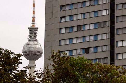 """<p>Es gibt einen Mietendeckel für Berlin. Seit dem 18. Juni, als der Senat die """"Eckpunkte für ein Berliner Mietengesetz"""" beschloss, ringen SPD, Linke und Grüne um einen landesgesetzlich geregelten Mietendeckel. Anfang 2020 soll er in Kraft treten.</p><p><br></p><p>Kürzlich hat ein Koalitionsausschuss am Freitag ein Thema erörtert, das zwischen den Parteien und im städtischen Berlin kontrovers diskutiert wurde. Zeitweilig standen die Verhandlungen vor dem Abbruch. Dann einigte man sich doch auf ein Neun-Punkte-Programm.</p><p><br></p><p><strong>Wer hat den Mietendeckel erfunden?</strong></p><p><br></p><p>Im November 2018 wurde in der Juristen-Zeitung ein Aufsatz veröffentlicht, in dem der ehemalige Anwalt Peter Weber, der derzeit im Wohnungswesen des Landkreises Pankow arbeitet, berichtet, die Möglichkeit eines """"öffentlich-rechtlichen Mietpreisrechts"""" beschrieb. Die Quintessenz des Aufsatzes: Mit der Föderalismusreform 2006 sei die Rechtszuständigkeit für das Wohnungswesen auf die Länder übergegangen. Dies würde es ermöglichen, überhöhte Mieten verwaltungsrechtlich zu verknüpfen, und die Behörden könnten bestimmte Höchstpreise festlegen.</p><p><br></p><p><strong>Worüber hat sich die Koalition gestritten?</strong></p><p><br></p><p>Zu Beginn der koalitionsinternen Diskussion lagen SPD, Grüne und Linke weit auseinander. Die SPD wollte ausschließlich ein Mietmoratorium, also das Einfrieren der Mieten für fünf Jahre.&nbsp;</p><p><br></p><p><strong>Was sagen Verbände und Opposition?</strong></p><p><br></p><p>Aus Angst vor der Miete fürchteten sie ein """"proaktives, ehrliches Leben"""", in dem 40 Handwerksbetriebe, Verbände und Vereine organisiert waren, die Berlin in den kommenden Jahren von 20.000 auf 30.000 Fachkräfte verlieren würde, weil Wohnungsunternehmen Sanierungen, Modernisierungen und Neubaupläne zurückfahren würden. Die IHK Berlin äußert sich besorgt über die Initiative und warnt vor den negativen Auswirkungen auf private Investitionen in bestehende Gebäude. Das Miet"""