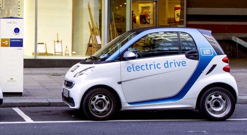 <p>Klimamobilität kostet € 385,90 pro Monat. So viel, dass der Nutzer bezahlen muss, wenn er sich für das Elektroauto Renault Zoe - das Stuttgarter Startup Vivelacar - anmelden will. Autoabo? Dies ist die neueste Version der neuen mobilen Dienste. Es liegt irgendwo zwischen Mieten und Leasing</p><p><br></p><p><strong>E-Autos im Kauf sind sehr teuer</strong></p><p><br></p><p>Sixt Autovermietung ist auch an einem Festpreis für Langzeitmieten beteiligt. Der schwedisch-chinesische Autobauer Volvo gilt als Pionier. Bereits 2018 begann er, Abonnements für voll ausgestattete Neuwagen zu vergeben. Vivelacar ist seit dem Frühjahr aktiv. Der Name des Programms, sagt Gründer und Geschäftsführer Matthias Albert.</p><p><br></p><p>Ein Exit-Abonnement ist für den Kunden praktisch. Eine Umfrage des Marktforschungsunternehmens Puls ergab, dass der Wechsel zu einem risikoarmen Stromer besonders für junge Menschen unter 30 Jahren sehr attraktiv ist. Mehr als jeder Zweite möchte während eines mindestens sechsmonatigen Tests buchstäblich wissen, ob die Elektromobilität seinen eigenen Mobilitätsbedürfnissen entspricht.</p><p><br></p><p>Ob das Abonnement teuer oder günstig ist, hängt immer von der jeweiligen Konstellation ab. Darüber hinaus ist die Höhe der Zahlungen sehr unterschiedlich. Darüber hinaus reichen sie von 200 Euro pro Monat für ein kleines Auto mit Mini-Loafing bis zu 1.500 Euro für ein Luxus-SUV mit einem großen Kilometerpaket.</p><p><br></p><p><strong>Harter Wettbewerb in der Automobilindustrie</strong></p><p><br></p><p>Berechnungen des Dudenhöffers Instituts ergaben anhand des Opel Corsa mit traditionellem Essen, dass mit Cluno ein Abonnement für einen Fahranfänger günstiger sein kann als ein Barkauf. Für einen älteren Fahrer mit 30 Jahren Anspruch ist ein Abonnement nur unwesentlich teurer als ein Barkauf.</p><p><br></p><p>Es gibt jedoch viele Anzeichen dafür, dass die neue Nutzungsform den ohnehin schon harten Wettbewerb in der Automobilindustrie verschärfen wird. Duden