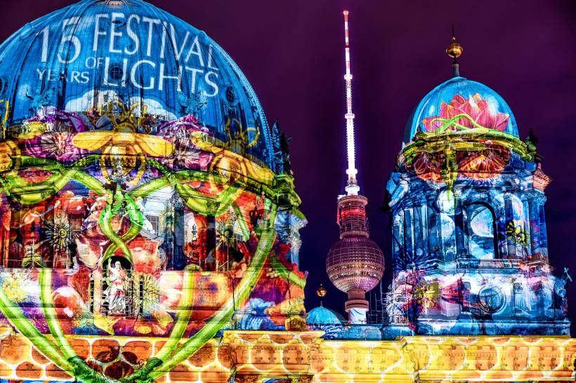 """<p>Beim Festival of Lights und Berlin leuchtet strahlen zwei Wochen lang Berlins Fassaden. So genießen Sie die Licht-Installationen.</p><p><br></p><p>Berlin wird zur schillernden Open-Air-Galerie: Im Oktober finden wieder die Berlin Light Weeks statt. Gleich zwei Veranstaltungen sorgen für faszinierenden Lichterzauber an den Fassaden von Häusern, Kirchen und Denkmälern in der Hauptstadt: das """"Festival of Lights"""" und """"Berlin leuchtet"""". Zusammen bilden sie die """"Berlin Light Weeks"""". Hier gibt es alle Infos zu den Licht-Events.</p><p><br></p><p><em>Wann finden das """"Festival of Lights"""" und """"Berlin leuchtet"""" statt?</em></p><p><br></p><p>""""Berlin leuchtet"""" findet vom 9. Oktober bis zum 21. Oktober 2019 statt. Das """"Festival of Lights"""" dauert vom 11. bis zum 20. Oktober 2019.</p><p><br></p><p><br></p><p>""""Wir sind erstmals auch in vielen Kiezen vertreten"""", sagt Alice Paul-Lunow aus dem Vorstand des Vereins """"Berlin leuchtet"""". So werden in Mitte an der Rungestraße 28 und der Potsdamer Straße 120 zwei Baustellen illuminiert. Außerdem gibt es auch außerhalb der Innenstadt jenseits der touristischen Pfade einiges zu sehen. So sind Installationen in Siemensstadt, Hellersdorf und im Märkischen Viertel geplant. Das Konzept, auch ungewöhnliche Orte mit aufzunehmen, wolle man in den kommenden Jahren ausbauen, so Paul-Lunow weiter.</p><p><br></p><p><br></p><p>Das Motto von """"Berlin leuchtet"""" lautet in diesem Jahr """"Licht verändert"""". """"Wir wollen zeigen, wie anders unsere Stadt mit ein bisschen Licht aussieht – ein Perspektivenwechsel"""", sagt Paul-Lunow. Außerdem seien alle Berliner aufgerufen, an der Mitmachaktion """"Light your Town"""" teilzunehmen. Dabei gilt es, das eigene Haus zu beleuchtet und ein Foto an den Verein zu senden. Zu gewinnen gibt es ein Wochenende in einem Berliner Vier-Sterne-Hotel.</p><p><br></p><p><br></p><p><em>Festival of Lights startet am 11. Oktober</em></p><p><br></p><p>Am 12. Oktober präsentiert das Festival of Lights außerdem eine """"Nacht der offenen Türen"""". Dann könne"""