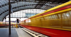 """<p>Wie sieht die Zukunft der Berlin Express Railroad aus? Nach Monaten der Debatte und Kontroversen haben wir uns bereits auf Rot-Rot-Grün geeinigt. Am Mittwochmorgen einigte sich der Koalitionsausschuss laut SPD-Europaabgeordnetem Sven Heinemann auf ein Modell.</p><p><br></p><p>Das sind rund zwei Drittel der Hochgeschwindigkeitsstrecke in Berlin und im Nachbarland Brandenburg: zum einen zu den Stadtbahnlinien (S3, S5, S7, S75 und S9), zum anderen zu den Nord-Süd-Linien S1, S15, S2, S25 und S85. Ab 2026 müssen bis zu 1380 Autos ausgeliefert werden - eine enorme Investition von fast drei Milliarden Euro.</p><p><br></p><p><strong>S-Bahn Haustürerweiterungsgespräch</strong></p><p><br></p><p>Es wurde auch bestätigt, dass das Land Berlin eine Flotte im Besitz des Landes errichtet. Dies bedeutet, dass alle neuen Nahverkehrszüge Eigentum des Landes werden. """"Die Anforderungen an Fahrzeuge sind so formuliert, dass für das Land Berlin keine unnötigen Kosten entstehen und vor allem neue schnelle Autos zur Verfügung gestellt werden können"""", sagte Heinemann.</p><p><br></p><p><strong>Kameras müssen aggressive Passagiere erkennen</strong></p><p><br></p><p>Der Lenkungsausschuss für Hochgeschwindigkeitszüge hat sich auch mit anderen technischen Fragen befasst. So sind Massen- und Raumreserven geplant, damit neue Hochgeschwindigkeitsbahnen künftig autonome Verkehrstechnik nutzen können. Autos müssen in vier Einheiten fahren - wie ein halber Zug. Das wäre in Bezug auf Kapazität und andere Probleme optimal, sagten die Planer.</p><p><br></p><p><strong>Wer wird gefangen genommen?</strong></p><p><br></p><p>Es bleibt jedoch zu diskutieren, auf welche anderen Berufsgruppen sich diese Verpflichtung erstreckt. """"Es ist noch offen"""", sagte das SPD-Mitglied. So soll beispielsweise sichergestellt werden, dass auch die für den S-Bahn-Betrieb zuständigen Vertriebsmitarbeiter vom Unternehmen akzeptiert werden.</p><p><br></p><p><strong>Es gibt aber keine Werkstatt in Fredersdorf</strong></p><p><br></p"""