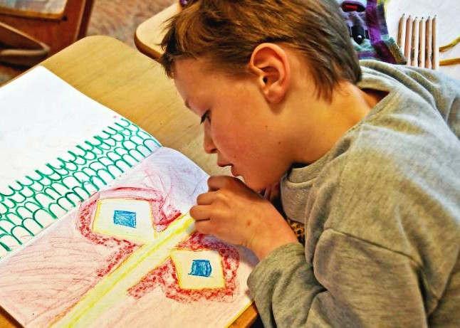 """<p>Wo hört das Krickelkrakel auf und wo fängt die Kunst im Kinderzeit an? Bewusste Erziehung Eltern setzten nicht erst seit heute darauf, dass sich ihr Nachwuchs mit Hilfe von Stiften und Farben kreativ verwirklicht. Und sie zeigen die Ergebnisse des Schaffens in der Verwandtschaft auch gern vor. Aber taugen die Gemälde auch für eine Galerie?</p><p><br></p><p>Familien können es jetzt herausfinden, deswegen sie sich bei einer der führenden Adressen Berlins in diesem Metier bewerben. Um der kindlichen Schaffenskraft Raum zu geben, ruft die Klax Kinderkunstgalerie Prenzlauer Berg dazu auf, die besten künstlerischen Erzeugnisse – vom Bild, über die Collage, den selbstgebastelten Roboter bis hin zum bedruckten T-Shirt – einzureichen. Vom 16. November bis zum 11. Januar werden die Werke dann in den Räumen an der Schönhauser Allee ausgestellt.</p><p><br></p><p>Kunst ist eine Kraft, die verändert und ein wichtiges Stilmittel für Gedanken, Ideen und Gefühle darstellt, meint die Kuratorin und Galerie-Leiterin Julia Ehni. Sie nennt: """"Es ist altuell, dass wir Kindern die Möglichkeit und den Raum geben, sich künstlerisch auszuleben und mit ihrer Sicht auf die Welt am kulturellen Leben teilzunehmen. Sie können darüber ihre Umwelt ein Stück mitgestalten.""""</p><p><br></p><p>Die Regeln für Bewerber sind bewusst offen gehalten. Teilnehmen dürfen alle Berliner Kinder und Jugendliche im Alter zwischen 3 und 18 Jahren, die ihre Job zusammen mit einem ausgefüllten Anmeldeformular direkt in der Klax Kinderkunstgalerie an der Schönhauser Allee 58A, Prenzlauer Berg, oder nebenan im Hofatelier der Klax Kreativwerkstatt abgeben können.</p><p><br></p><p>""""Ich male seit dem Kindergarten"""", erzählt, Sophie, eine elfjährige Künstlerin, die ihre Werke bei dieser Gelegenheit im vergangenen Jahr der Stadtgesellschaft präsentierte. Mögen andere Kinder ihre Umwelt vortragen – bei Sophie verhält es sich anders: """"Mir gefällt, dass man Sachen malen kann, die es in echt nicht gibt. Zum Beispiel Tiermenschen,"""