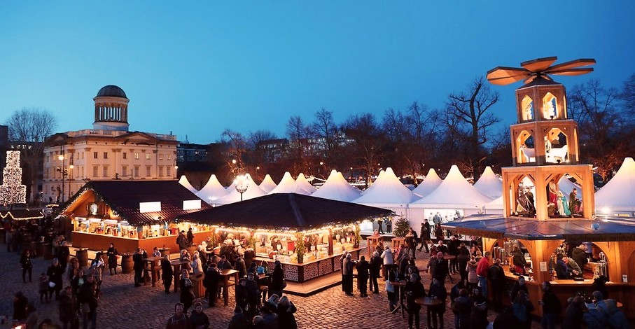 <p>Nach einer Entscheidung des Verwaltungsgerichts Berlin gegen den traditionellen Weihnachtsmarkt im Schloss Charlottenburg hofft die Bezirksregierung auf einen baldigen Abschluss eines Vertrages mit Veranstalter Tommy Erbe. Erbe wollte das vom Gericht am Montag geforderte Konzept der Sicherheitsanforderungen vorschlagen.</p><p><br></p><p>Der stellvertretende Bezirksbürgermeister Arne Hertz (CDU) sagte am Montag, dass die Dokumente eingegangen seien. Das Gebiet ist hauptsächlich am Weihnachtsmarkt interessiert - sofern die Sicherheit der Besucher gewährleistet ist. Die Distrikt-Hoffnungsvereinbarung kann am Dienstag oder Mittwoch getroffen werden.</p><p><br></p><p><em>Weihnachtsmarkt muss die notwendige Sicherheit genehmigen</em></p><p><br></p><p>In der vergangenen Woche entschied ein Gericht, dass die Marktteilnehmer nicht berechtigt sind, ein Bezirksamt zu genehmigen. Derzeit könne die Erlaubnis nur im öffentlichen Interesse erteilt werden. Voraussetzung ist jedoch, dass der Markt die notwendige Sicherheit bietet. Dies ist derzeit unwahrscheinlich. Das Gericht lehnte einen ausdrücklichen Antrag der Betreiber ab.</p><p><br></p><p><em>Aus Sicherheitsgründen kann der Weihnachtsmarkt auf Schloss Charlottenburg ausfallen</em></p><p><br></p><p>Im Jahr 2018 genehmigte das Bezirksamt den Markt erst, als die Organisatoren sich bereit erklärten, auf eigene Kosten Barrieren zu errichten. In diesem Jahr wollten die Betreiber eine rechtliche Erklärung, wer die Kosten für den Schutz vor externen Gefahren tragen sollte.</p><p><br></p><p>Am 19. Dezember 2016 kam der Terrorist Anis Amri mit einem Lastwagen auf dem Weihnachtsmarkt in Gedekhtniskirkha an und zwölf Menschen starben. Infolgedessen wurden viele Weihnachtsmärkte durch Fahrzeugbarrieren geschützt.</p>