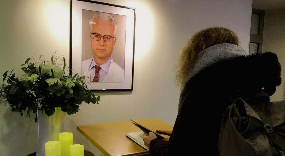 """<p>Das Krankenhaus kennt keine Pause. Aber am Tag nach dem Mord an Fritz von Weizsacker machen viele Ärzte, Krankenschwestern und Krankenpfleger eine Pause, um dem ergebenen Chefarzt zu gedenken. In der Lobby des Hauptgebäudes der Klinik hing ein großes Bild von Weizsäcker, schwarz gerahmt, er lächelt leise in den Raum.</p><p><br></p><p>Ob es sich um einen Patienten, eine Krankenschwester oder einen Oberarzt handelt, sie alle denken sehr viel über einen Mann nach, der im Alter von 59 Jahren plötzlich aus dem Leben entkommen ist. """"Vielen Dank für das, was Sie getan haben"""" und """"Mit tiefem Kummer und Ratlosigkeit"""" schreiben Sie an Ihre Kollegen. """"Der große Mann hat uns unerwartet verlassen"""", sagen die drei Krankenschwestern im Buch.</p><p><br></p><p><strong>Chefarzt und Professor</strong></p><p><br></p><p>Fritz Eckhart war 14 Jahre lang Freicherr von Weizsacker, wurde 1960 in Essen geboren, Oberarzt der Klinik für Innere Medizin I der Schlosspark-Klinik in Charlottenburg. Zuvor studierte er in Bonn und Heidelberg, absolvierte sein Praktikum in den USA und ließ sich von einem Facharzt für Gastroenterologie nieder. 2003 wurde er zum Professor für Innere Medizin an die Universität Freiburg berufen.</p><p><br></p><p>Mitarbeiter und Teilnehmer des Gesprächs erhielten psychologische Unterstützung, teilte die Klinik mit. Geschäftsführer Mario Krabbe sagte, dass die Klinik mit Fritz von Weizsacker """"einen hervorragenden Arzt und einen hoch angesehenen Kollegen"""" verloren habe.</p><p><br></p><p><strong>FDP-Mitglied</strong></p><p><br></p><p>Fritz von Weizsacker war Parteimitglied, aber nicht der, zu dem sein berühmter Vater ein Leben lang gehörte. Anstelle der Christdemokraten wechselte er von Weizsäcker zu den Liberalen: Mehr als zehn Jahre war er Mitglied der Berliner FDP in Dahlem.</p><p><br></p><p>Doch um sich aktiv in der Politik zu engagieren und Positionen zu fördern, hatte der Chefarzt nicht genug Freizeit oder nur Zeit. Denn schon in seiner Freizeit war er in der Medizin"""