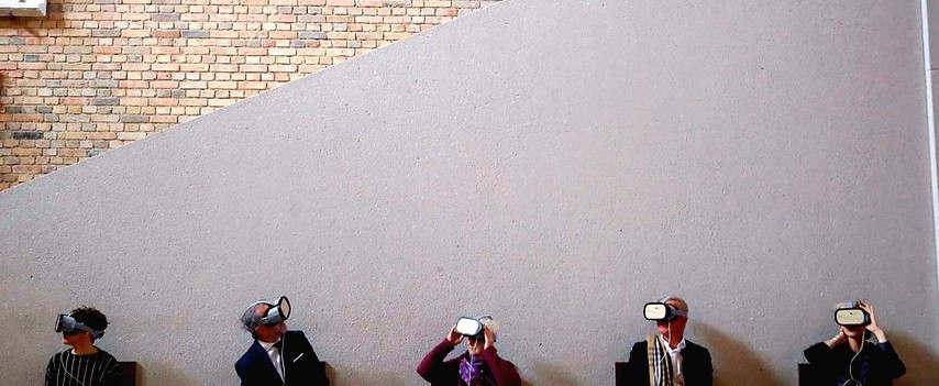 """<p>&nbsp;In der nächsten Woche vor 10 Jahren wurde das nach Plänen von David Chipperfield Architects wiederaufgebaute Neue Museum auf der Museumsinsel eröffnet. Mehr als 8 Millionen Menschen haben das Haus inzwischen besucht, es gibt so gut wie keinen Architektur- oder Museumspreis, den Haus nicht erhalten hat. An diesem Freitag Abend wird schon mal gefeiert, und dabei werden auch ein neues Führungssystem und eine Reanimation des im Krieg zunichte machen großen Treppenhauses mit den Wandgemälden Wilhelm von Kaulbachs vorgestellt.&nbsp;</p><p>&nbsp;</p><p>&nbsp;Das Museum für Vor- und Frühgeschichte und das Ägyptische Museum haben auch ein System von griffigen Führungskarten entwickelt, mit denen sich die Besucher eigene Rundgänge etwa zu Themen wie """"Massenproduktion"""", """"Schein oder Sein"""" oder """"Nasen"""" zusammenstellen können. Eine uklige Entdeckungsreise zu 160 Objekten, die im ganzen Haus verstreut sind. Gleichfalls eine Entdeckung dürfte für die meisten Besucher sein, dass die gewaltigen Ziegelsteinwände des Treppenhauses einst mit Wandgemälden geschmückt waren.&nbsp;&nbsp;</p><p>&nbsp;</p><p>&nbsp;Sechs riesige Bilder sollten, so war es der Wille König Friedrich Wilhelm IV. und seines Malers Wilhelm von Kaulbach um 1850, die aus ihrer Sicht wichtigsten Stadien der Menschheitsgeschichte darstellen – damals selbstverständlich aus europäischer Sicht. Man setzt sich also auf die vermöge Chipperfield wieder erworbern Sitzbänke, stülpt die Virtual-Reality-Brille auf und taucht ein in eine Rekonstruktion des im Krieg zerstörten Treppenhauses.&nbsp;</p><p>&nbsp;</p><p>Hübsche strahlt da das goldene Geländer,köstlich schwebt der gewaltige Dachstuhl, und die Wände scheinen wieder geschmückt zu sein eben mit den riesigen Wandgemälden: Dem """"Babylonischen Turm"""", """"Homer und die Griechen"""" und """"Die Zerstörung Jerusalems"""" auf der Südseite, """"Die Hunnenschlacht"""", """"Die Kreuzfahrer vor Jerusalem"""" und """"Das Zeitalter der Reformation"""" auf der Nordseite. Dank eines erhaltenen Ölgemäldes, ei"""