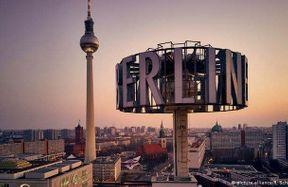 """<p>Der rot-rot-grüne Senat in Berlin hat nach stundenlanger Krisensitzung am Freitagabend eine Einigung zum Mietendeckelgesetz erzielt.Am Dienstag will der Senat eine Gesetzesvorlage von Senatorin-Baumeisterin Catherine Lompscher verabschieden. Anfang 2020 soll das """"Gesetz zur Mietenbegrenzung im Wohnungswesen in Berlin (Berliner MietenWoG) in Kraft treten.&nbsp;</p><p><br></p><p><strong><em>Gilt der Mietendeckel für alle Wohnungen?</em></strong></p><p><br></p><p>Nein, denn es gibt Ausnahmen: Wohnungen des öffentlich geförderten Wohnungsbaus (""""Sozialwohnungen""""), Trägerwohnungen, Wohnungen in Wohnheimen und Neubauten, die erstmals seit 1. Januar 2014 bezugsfertig waren. Deshalb wird der Mietendeckel deshalb für rund 1,5 Millionen der insgesamt 1,9 Millionen Wohnungen in der Hauptstadt gelten. Möblierte Wohnungen und Studentenwohnungen unterliegen übrigens auch dem Gesetz.</p><p><br></p><p><strong><em>Was bedeutet eigentlich """"Mietenstopp""""?</em></strong></p><p><br></p><p>Ein Mietvertragsstopp bedeutet, dass er nicht höher als die am 18. Juni 2019 gültige Nettokaltmiete gezahlt werden muss (Entscheidung über Eckpunkte im Berliner Senat).Auch für Staffel- und Indexmieten gilt, dass die Miete, die am 18.6.2019 gezahlt wurde, für fünf Jahre eingefroren wird. Wird die Wohnung weitervermietet, kann nur die Nettomiete des Vormieters übernommen werden– maximal jedoch eine Miete bis zur Höhe der jeweiligen Mietobergrenze, die in der Tabelle des Gesetzentwurfs aufgeführt ist.&nbsp;</p><p>Gibt es in den kommenden fünf Jahren auch Mieterhöhungen?</p><p><br></p><p>Ja, diese sind unter bestimmten Bedingungen möglich. So wird den Vermietern ab 2022 die Möglichkeit einer Mieterhöhung von 1,3 Prozent im Jahr als Inflationsausgleich eingeräumt. Daher spricht die Koalition auch von einer """"atmenden"""" Tarnung. Zudem soll den Vermietern bei der Wiedervermietung von Wohnungen mit bislang sehr niedrigen Mieten unter fünf Euro erlaubt werden, diese um maximal einen Euro auf maximal fünf Euro je"""