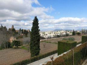 """<p><strong style=""""color: rgb(107, 36, 178);""""><em>Los jardines del Generalife se encuentran a la derecha de la Alhambra. Los jardines son magníficos en sí mismos, ¡pero también se complementan con hermosas vistas de la Alhambra y Granada!</em></strong></p>"""