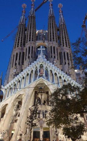 """<p><strong style=""""color: rgb(0, 41, 102);"""">Templo de la Sagrada Familia, nombre completo: Sagrada Familia Redemptive Church - una iglesia en Barcelona, en el distrito del Eixample, construida sobre donaciones privadas desde 1882.</strong></p>"""