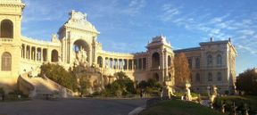 <p>Le palais de Lonshan est un complexe commémoratif louant l'eau. Le fait est que ce sont ses longs siècles qui ont été insuffisants pour les marseillais. Ce n'est qu'en 1829 que la situation a changé - le canal de Marseille a été construit, à travers lequel l'eau coulait dans la ville. En 1839, le duc d'Orléans posa la première pierre du palais du palais, mais sa construction ne débuta qu'en 1862 (architecte Henri-Jacques Esperandieux).</p>