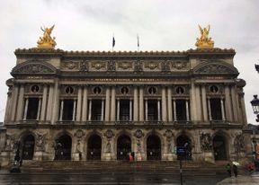 <p>Opéra de Paris est une institution de la capitale française qui se consacre au développement de l'opéra, du ballet et de l'art musical classique. Actuellement, l'Opéra national de Paris possède deux bâtiments de théâtre: l'Opéra Garnier et l'Opéra Bastille.</p>