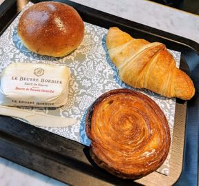 """<p><strong style=""""color: rgb(102, 185, 102);""""><em>Très bon réseau de boulangerie. Dès que je vois le panneau noir et l'inscription Paul, je ressens immédiatement un besoin irrésistible de m'arrêter et de manger un délicieux café!</em></strong></p><p><strong style=""""color: rgb(0, 97, 0);""""><em>L'intérieur est confortable et soigné. Pour Paris, pas cher. Vous pouvez avoir un bon repas pour 9-10 euros. La nourriture est moins chère chez nous, nous prenons donc généralement à emporter et mangeons dans les parcs :-)</em></strong></p>"""
