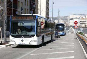 <p>Ce vendredi, le 4 octobre, un passager de la ligne 50 qui relie Marseille à Aix-en-Provence a frappé le chauffeur de bus avec un marteau brise vitre. Les chauffeurs ont décidé d'exercer leur droit de retrait. C'est-à-dire qu'aucun bus des lignes 50, 51 et 53 du réseau Cartreize ne circule pas à partir de l'après-midi.</p><p>La raison principale de cette action est l'agression contre l'un de leur collègue. Selon les témoins, une bagarre aurait éclaté entre deux voyageurs avant que le conducteur appelle la police, plus tard le chauffeur, qui tentait de calmer ces deux, a été frappé par un des passagers a frappé le chauffeur avec un marteau brise vitre.</p><p>Selon les chauffeurs, par ces actions ils veulent attirer l'attention des autorités sur les problèmes de ce type (c'est pas la première attaque contre le chauffeur à Marseille) et les prévenir à l'avenir.</p>