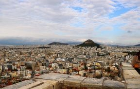 "<p><strong style=""color: rgb(0, 97, 0);"">Η Ακρόπολη των Αθηνών είναι ακρόπολη στην πόλη της Αθήνας, η οποία είναι ένας βραχώδης λόφος 156 μέτρων με μια απαλή κορυφή. Αυτό ήταν το κύριο μέρος για να βρεις τον βασιλιά. Επίσης μέσα υπήρχαν πολλοί ναοί στους οποίους δόθηκαν προσευχές στους Έλληνες θεούς και δόθηκαν θυσίες.</strong></p>"