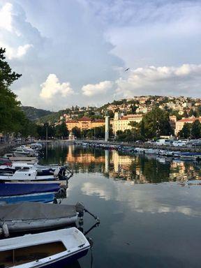 Rijeka je treći najveći grad u Hrvatskoj i glavna luka Istarskog poluotoka. Ima pogodan geografski položaj, u blizini su odmarališta: Pula, Rovinj, Krk, a možete stići i do svjetski poznatih gradova: Dubrovnika, Zadra, Splita. U Rijeci se nudi sve za sjajan morski odmor. Tijekom dana možete provesti vrijeme na šljunčanim plažama označenim prestižnom plavom zastavom, koje se nalaze u blizini centra grada. Navečer prošetajte uskim ulicama, diveći se drevnoj arhitekturi kuća i zadivljujućem pogledu na tvrđavu.