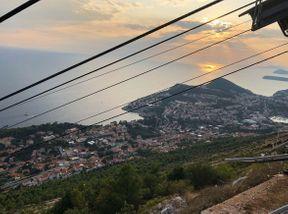 """<h2><strong style=""""color: rgb(92, 0, 0);""""><em>Uspon na brdo na brdo Srd turistima je potrebno posjetiti Dubrovnik. U lošem vremenu zatvara se uspinjača, o čemu će pisati u svim blagajnama. S vrha se pruža veličanstven pogled na grad i otok Lokrum, a vrijedi posjetiti i već spomenuti muzej.</em></strong></h2>"""