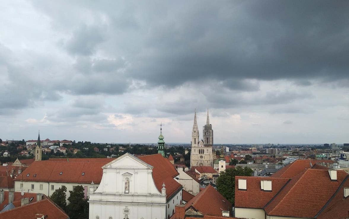 """<h2><strong style=""""color: rgb(0, 97, 0);"""">Odozgo, veličanstven pogled na Zagreb i njegov stari grad, kao i na udaljenija područja. Prostor je otvoren, tako da vas ništa neće sprečiti da uživate u pogledu i fotografiranju. Na krovu ispod vidikovca možete vidjeti smiješnu kolekciju palih stvari :)</strong></h2>"""