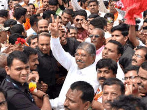<p>This time from Kothrud, BJP's Chandrakanth Patil who is also BJP State president is fighting for an MLA seat, During the voting day on 21st October, he was confronted with MNS MLA Kishore Shinde.</p><p>They both shared good gesture with each other, Supporters from both the party members were present. Chandrakanth Patil offered Shinde to join BJP it was in a funny way to which MNS candidate refused gently.</p><p>Both of the candidates had come to vote, the voting location was Jog school in Mayur colony. Raj Thackrey in his election campaign had attacked Chandrakant Patil, He called him an outsider and said that if Chandrakanth Patil wins he will not be available to solve any of your local issues.</p>