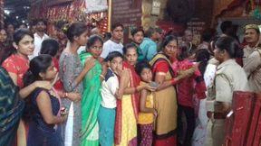 <p>सबकी मनोकामना पूर्ण करने बाली माँ दुर्गा के नवरात्रे चल रहे है। इस अवसर पर भक्तो द्वारा जगह जगह पंडाल सजाये गए है।इसी तरह कदौरा में भी पंडाल सहाय गया । किन्तु पंडाल सजाने बाली कमेटी को परेशानी तब हुई जब एक शराबी ने माता के दरवार में उत्पाद मचा दिया । शुक्रवार रात कस्बे के मोहल्ला पुरवा स्थित दुर्गा पंडाल में एक शराबी ने उत्पात मचाकर भक्तो को काफी परेशान किया। कमेटी के सदस्यों ने थाना पुलिस से शिकायत कर आरती के समय पुलिस सुरक्षा की मांग की है।</p><p>शुक्रवार के दिन पुरवा स्थित काली माता मंदिर के समीप जय मां वैष्णो देवी सांस्कृतिक समिति के तत्वावधान में मां दुर्गा का भव्य पंडाल सजाया गया है। रोजाना की तरह शुक्रवार रात 8.30 पर पंडाल में आरती शुरू हो रही थी, तभी मोहल्ले के एक व्यक्ति कमेटी के सहस्यो से शराब के नशे में उलझने लगा। कमेटी के सदस्यों का आरोप है कि उसने पंडाल में उपस्थित महिलाओं से छेड़छाड़ की, जब मना किया तो वह गालीगलौज कर झगड़ा करने लगा।शराबी के द्वारा गालीगलोच एवं मारपीट से भक्तो में काफी आक्रोश व्याप्त है।&nbsp;</p><p>जिससे पंडाल में अफरातफरी मच गई। माहौल बिगड़ता देख मोहल्ले के अन्य लोग आ गए। लोगों के विरोध पर शराबी चला गया। शनिवार सुबह कमेटी के राहुल वर्मा, अभिषेक कुमार, मयंक नामदेव, अनिल नामदेव आदि सदस्यों ने थाने पहुंचकर युवक के खिलाफ तहरीर दी, साथ ही आरती के समय पंडाल में सुरक्षा व्यवस्था की मांग की।&nbsp;</p><p>थाना प्रभारी जितेंद्र सिंह का कहना है कि मामले की जांच की जा रही है। चौकी प्रभारी को निर्देश दिए हैं कि आरती के समय भक्तो की सुरक्षा के लिए पुलिस लगाई जाये ।</p>