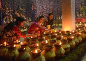 <p>नौ दिन मां भगवती की उपासना में लीन रहे भक्तों ने सोमवार&nbsp;को जवारे विसर्जित करने जुलूस निकाला। नवमी पर देवी भक्तों ने देवी मंदिरों व देवी स्थापना पंडालों में मां सिद्धिदात्री की पूजा-अर्चना की। मातारानी के भक्तों द्वारा कई स्थानों बोए गए जवारों का चल समारोह निकालकर जवारों को मंदिरो में विसर्जित किया गया।देवी मंदिरों में देवी भक्तों की भीड़ लगी रही ।</p><p>शरद नवरात्रि के नो दिन माता रानी की सेवा करने के बाद&nbsp;नवें दिन मां सिद्धिदात्री की पूजा अर्चना की गई देवी भक्तों ने रोरी, चंदन व फूल, मालाएं चढ़ाकर पूजा-अर्चना की। नवरात्र में&nbsp;मां दुर्गा के 9 अलग-अलग रूपों में पूजा की जाती है। काली माता मंदिर से माता की झांकी व जवारे उठ कर पूरे शहर में भ्रमण करते हुए सभी मंदिरों में पहुंचे। जिसमें भक्तों की लगभग एक दर्जन जोड़ो ने अपने मुंह में सांग लगा कर प्रदर्शन किया। जिसे देखकर लोग हतप्रभ रह गए। भक्तों ने बताया कि मां दुर्गा जी की आस्था से ही लोग सांग लगवा पाते हैं। बता दे&nbsp;घरों में जवारों की स्थापना करने वाले नगर व क्षेत्र के देवी भक्त मुंह में सांग छेदकर व जवारे लेकर देवी मंदिर में पहुंचते है ।</p><p>शहर के कई प्रमुख मंदिरो में दिन भर भक्तो की भीड़ लगी रही। इनमे शहर के प्रमुख हुल्की माता मंदिर, संकटा देवी मंदिर, बड़ी माता मंदिर, कालोनी माता मंदिर, काली माता मंदिर आदि मंदिरों में भक्तों की भीड़ लगी रही। इसके अलावा सैदनगर की अक्षरा माता, रक्तदंतिका माता, जालौन माता मंदिर, नावली माता मंदिर, बैरागढ़ की शारदा माता मंदिर में भक्तों की भीड़ लगी रही। इस&nbsp;अवसर पर मंदिरो पर मेला भी लगा ।</p>