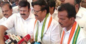 """<p><span style=""""background-color: rgb(253, 255, 255); color: black;"""">மகாராஷ்டிரா மாநிலத்தில் நடைபெற்ற அரசியல் கலவரங்கள் குறித்து தமிழ்நாடு காங்கிரஸ் கமிட்டி தலைவர் அழகிரி தன்னுடைய கண்டனத்தை பதிவு செய்துள்ளார். &nbsp;சமீபத்தில் நடைபெற்ற மகாராஷ்டிரா சட்டமன்ற தேர்தலில் பாரதிய ஜனதா கட்சி மற்றும் சிவசேனா கட்சி இணைந்து தேர்தலை சந்தித்தன. தேர்தலுக்குப் பின் முதலமைச்சர் பதவி யாருக்கு என்பதில் பாஜக மற்றும் சிவசேனா கட்சிகளிடையே கருத்து வேறுபாடு ஏற்பட்டு, இதன் காரணமாக பாஜக கூட்டணியிலிருந்து சிவசேனா விலகியது.</span></p><p><span style=""""background-color: rgb(253, 255, 255); color: black;"""">சிவசேனா கட்சி சரத் பவாரின் தேசியவாத காங்கிரஸ் மற்றும் இந்திய தேசிய காங்கிரஸ் கட்சிகளுடன் இணைந்து ஆட்சியை பிடிக்க திட்டமிட்டது. &nbsp;ஆனால் மகாராஷ்டிரா ஆளுநர் கொடுத்த தகவலின் அடிப்படையில் மகாராஷ்டிராவில் குடியரசுத் தலைவர் ஆட்சி அமல்படுத்தப்பட்டது. &nbsp;குடியரசுத் தலைவர் ஆட்சி அமல் படுத்தப்பட்டது சட்டவிரோதம் என்று கூறி சிவசேனா உள்ளிட்ட கட்சிகள் நீதிமன்றத்தை அணுக உள்ள நிலையில், &nbsp;திடீரென்று இன்று யாரும் எதிர்பாராத விதமாக குடியரசுத் தலைவர் ஆட்சி விலக்கப்பட்டு, பாரதிய ஜனதா கட்சி ஆட்சி பொறுப்பை ஏற்றது.</span></p><p><span style=""""background-color: rgb(253, 255, 255); color: black;"""">சரத் பவாரின் தேசியவாத காங்கிரஸ் இரண்டாக உடைத்து பாரதிய ஜனதா கட்சி கட்சிக்கு வலு சேர்க்கும் விதமாக கூட்டணி அமைக்கப்பட்டுள்ளது. இது ஜனநாயக அரசியல்வாதிகளிடம் மிகப் பெரிய அதிர்ச்சியை ஏற்படுத்தியுள்ளது இந்த சம்பவத்திற்கு தமிழ்நாடு காங்கிரஸ் கமிட்டி தலைவர் அழகிரி கடும் கண்டனம் தெரிவித்துள்ளார்.</span></p>"""