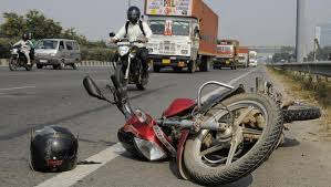 <p>A woman riding a bike fell from the stump of a high-speed truck and died. Two men have been injured, who are being treated in the hospital.</p>