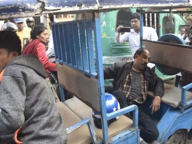 <p>The cigarette businessman going to Scooty was attacked by two bike riders and escaped by snatching a bag full of cash from him. In this attack, bullets have been hit in the hands and feet of Karohari. The police got the businessman admitted to the hospital where he is undergoing treatment as well as the police started searching for the attackers.</p>