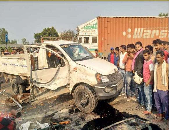 <p>On the Lucknow-Ayodhya highway, the pickup vehicle was hit by a trailer truck from behind. The pickup vehicle overturned in the incident. Two teenagers died in this, while eight people were injured. The injured people are undergoing treatment in the district hospital.</p>