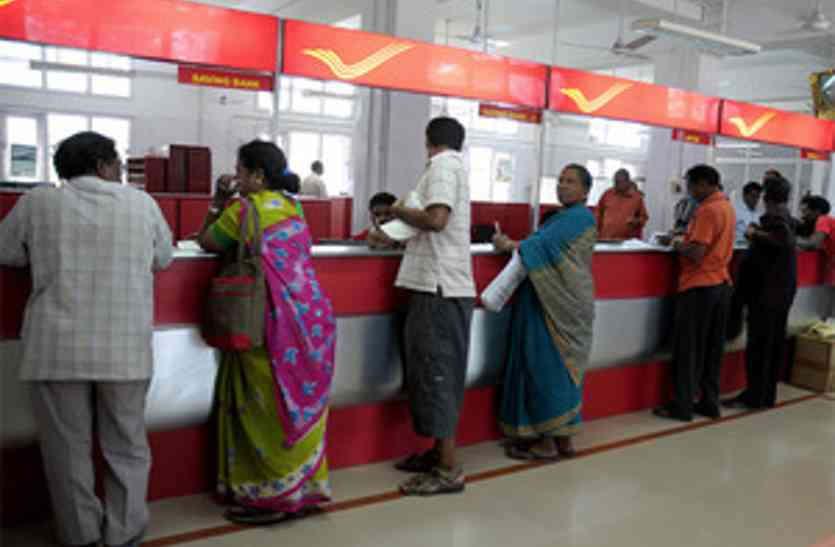 <p>सीबीआई की एंटी करप्शन विंग ने उप डाकघर प्रभारी को छह हजार रुपये घूस लेते रंगे हाथ पकड़ लिया। कई घंटे पूछताछ और अभिलेखों की जांच के बाद टीम उसे अपने साथ लखनऊ ले गई है।गुरुवार के दिन उप डाकघर प्रभारी उन्नाव के रहने&nbsp;बाले देशराज से किसान विकास पत्र का भुगतान करने के बदले छह हजार रूपए घूस&nbsp;ली। तभी सीबीआई की टीम ने उन्हें पकड़ लिया ।</p><p>लालपुर निवासी देशराज कहना है की उनकी मां रूपरानी पत्नी मंगली प्रसाद ने 24 सितंबर 2007 में 66 हजार रुपये का किसान विकास पत्र लिया था। 2014 को रकम दो गुनी होकर मिलनी थी, लेकिन 2012 में रूपरानी की बीमारी से मौत हो गई थी।&nbsp;देशराज किसान विकास पत्र हाँथ में लिए डाकघर के चक्कर काट रहे है । डाकघर द्वारा किसान विकास पत्रो का भुगतान नहीं किया जा रहा ।</p><p>बेटे देशराज के मुताबिक उसने 17 जनवरी 2019 को उप डाकघर के प्रभारी सुशील शर्मा से धनराशि निकालने के लिए प्रार्थनापत्र दिया था। देशराज के अनुसार उसे किसान विकास पत्र से 1.32 लाख रुपये और 41 माह का अतिरिक्त ब्याज मिलना था। देशराज आरोप है कि डाकघर के प्रभारी सुशील शर्मा ने पहले बिरासत&nbsp; साबित करने के लिए उसे बार बार दौड़ाया। इसके बाद उससे 10 हजार रुपये घूस मांगी।</p><p>जिससे उन्होंने सीबीआई में डाकघर प्रभारी की शिकायत की।गुरुवार को सीबीआई की एंटी करप्शन विंग के इंस्पेक्टर आरएन सिरोटिया के नेतृत्व में 12 सदस्यीय टीम सुबह ही उप डाकघर के पास पहुंच गई।</p><p>करीब 10 बजे सीबीआई अधिकारियों के इशारे पर देशराज घूस के रूप में पाउडर लगे नोट छह हजार रुपये उप डाकघर प्रभारी सुशील शर्मा को थमाए। उसके नोट जेब में रखते ही पहले से मौजूद सीबीआई की टीम ने उसे दबोच लिया। फिर सीबीआई ने उप डाकघर प्रभारी से पूछताछ की। पूछताछ के बाद टीम डाकघर प्रभारी सुशील शर्मा को लखनऊ हजरतगंज स्थित कार्यालय लेकर चली गई।</p><p>सीबीआई के इंसपेक्टर आरएन सिरोटिया ने मीडिया को कुछ भी जानकारी देने से इनकार करते हुए कहा कि वह अपनी रिपोर्ट केवल दिल्ली मुख्यालय को देने के लिए अधिकृत हैं।&nbsp;</p>