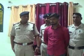 <p>पुलिस को सरकारी नौकरी के नाम पर लोगो से पैसा लेने बाले गिरोह का पता चला है ।सोमवार को कानपुर के गोविंदनगर थाना क्षेत्र में एक ऐसा ही मामला सामने आने पर पुलिस ने एफसीआई से संपर्क करने के बाद अलर्ट जारी किया है।&nbsp;</p><p>पुलिस के अनुसार इस गिरोह के लोगे ने एफसीआई में नौकरी दिलाने के नाम पर सिर्फ शहर में ही 1000 से अधिक लोगों को फर्जी कॉल लेटर बांटे&nbsp;हैं। गिरोह पीड़ितों से सिक्योरिटी मनी के नाम पर हजारों रुपये भी ऐंठ चुका है। पुलिस आरोपी को हिरासत में लेकर पूछताछ कर रही है।</p><p>गोविंदनगर थाना क्षेत्र के&nbsp;दबौली निवासी प्रतियोगी परीक्षा की तैयारी कर रहे छात्र राहुल तलवार ने बताया कि वह नौकरी के लिए अलग अलग विभागों से फार्म भरता रहता है। बीते पांच चार अक्टूबर को भारतीय खाद्य निगम&nbsp;का एक कॉल लेटर आया था, जिसपर एक मोबाइल नंबर लिखा था। उसने संपर्क किया तो नॉकरी लगवाने के लिए उससे आठ हजार रुपये खाते में जमा कराए। इसके बाद उससे कहा गया कि विभाग का एक अधिकारी वेरिफिकेशन के लिए आएगा और उसे 20 हजार रुपए दे देना तो रिपोर्ट सही लगेगी।</p><p>राहुल ने बताया कि नौकरी के लिए कई फॉर्म भरने के कारण काल लेटर आने तक तो उसे शक नहीं हुआ । बाद में रुपये की मांग से उसे संदेह हुआ। वह शहर के एफसीआई कार्यलय गए और कॉल लेटर दिखाया तो उसे फर्जीवाड़े की जानकारी हुई। इसके बाद सोमवार को वेरिफिकेशन करने फर्जी अधिकारी घर आया तो परिजनों व पड़ोसियों की मदद से उसे पकड़ लिया। इसके बाद उसे पुलिस के हवाले कर दिया । फर्जी अधिकारी ने अपना नाम सुभाष निवासी प्रयागराज रमईपुर बताया। उसके पास फर्जी एफसीआई का लेटर, आधार कार्ड व फर्जी दस्तावेज बरामद हुए हैं। पुलिस की सख्ती पर उसने फर्जी लेटर भेजकर ठगी की बात कबूली है। पीड़ित के अनुसार कॉल लेटर के पेपर की क्वालिटी, छपाई, स्टैंप व अधिकारी के हस्ताक्षर इतने साफ थे कि उसे देख कर कोई भी धोखा खा सकता था। पुलिस गिरोह के अन्य सदस्यों का पता लगाने में लगी है ।</p>