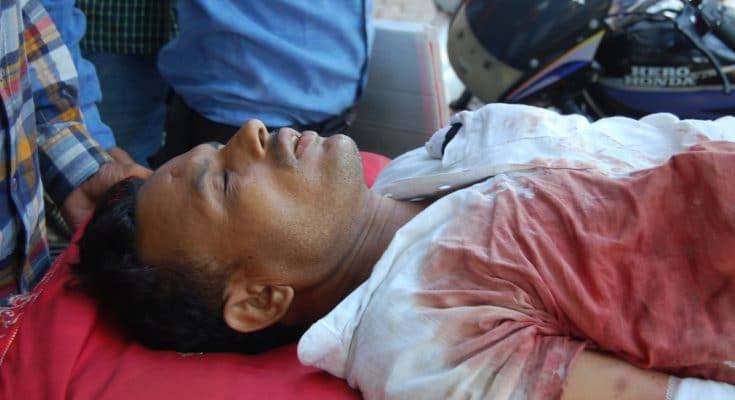 <p>रविवार देर रात भोगनीपुर कोतवाली क्षेत्र के मांवर गांव में पुरानी रंजिश के चलते एक युवक को गोली मारकर घायल कर दिया।&nbsp;इससे युवक गंभीर रूप से घायल हो गया। उसे उपचार के लिए जिला अस्पताल लाया गया।हालत जायदा ख़राब होने के कारण वहां से हैलट अस्पातल कानपुर भेज दिया गया।</p><p>सीओ संदीप कुमार ने&nbsp;सुचना पाते ही मोके पर पहुंचकर छानबीन सुरु कर दी&nbsp;। फोरेंसिक टीम ने मौके से जांच के लिए सबूत संकलित किए है। युवक के पिता की तहरीर पर पुलिस ने छह लोगों के खिलाफ रिपोर्ट दर्ज कर ली है।पुलिस का कहना है कि मामला किसी पुरानी रंजिस का हो सकता है।&nbsp;</p><p>युवक ने पिता फखरूल इस्लाम ने बताया कि रविवार को पुत्र आकिब जावेद घर के बाहर चबूतरे पर सो रहा था। तभी देर रात गांव के तीन युवक आफताब अहमद उर्फ पप्पी, मोहम्मद सलीम, मोहम्मद जुबैर, मोहम्मद आदिल ने नशे कि हालत में पुत्र को मारपीट कर और गोली मारकर घायल कर दिया। अब्दुल माबद और अब्दुल शहीद ने हमले का षड़यंत्र रचा। सीओ संदीप सिंह ने मौके पर पहुंचकर जांच पड़ताल की है। मौके से उन्हें दो कारतूस और दो सुतली में लिपटी गोल वस्तु मिली है। पुलिस आरोपियों कि धड़ पकड़ में लगी है। पुलिस का कहना है कि आरोपी वारदात के बाद से ही फरार चल रहे है। आरोपियों कि तलाश जारी है जल्द ही आरोपितों के पकड़ लिया जायेगा।</p>