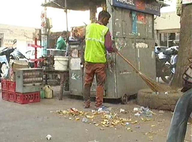 <p>महानगर में सफाई को लेकर तगातार सबाल उठ रहे है । शहर में सफाई व्यवस्था दुरुस्त नहीं है। कई जगहों पर कूड़ा पड़ा हुआ है। कूड़ादान भर जाने के बावजूद कई-कई दिनों तक इसे साफ नहीं किया जा रहा है। इस वजह से लोग बाहर कूड़ा फेंकने को मजबूर हैं। यहां तक की कलेक्ट्रेट भी इससे अछूता नहीं है। जिला प्रोबेशन अधिकारी के कार्यालय के सामने कड़ा कचरा पड़ा है। यहहाल तब है जब मुख्य सचिव आरके तिवारी खुद नगर निगम की कार्यप्रणाली पर सवालिया निशान खड़े कर चुके हैं।</p><p>नवरात्र तक में शहर की सफाई व्यवस्था दुरुस्त नहीं है। नगर निगम प्रशासन के दुलमुल रबैये के चलते कर्मचारी नियमित कूड़ा नहीं उठा रहे हैं। रविवार को कलेक्ट्रेट चौराहा पर ढेर सारा कूड़ा पड़ा हुआ था। आसपास के दुकानदारों ने बताया कि सात-आठ दिनों से कूड़ा नहीं उठाया गया है। इस कारण बदबू आनी शुरू हो गई हैं। वहीं, कलेक्ट्रेट के अंदर जिला प्रोबेशन अधिकारी कार्यालय के सामने नगर निगम कौ तरफ कूड़ादान रखवाया गया है। कूड़ादान पूरा भर जाने के कारण लोगों ने बाहर फेंकना शुरू कर दिया है। यहां मौजूद लोगों ने बताया कि नियमित कूड़ा न उठने के कारण यह स्थिति बन गई है। वहीं, इलाइट से झोकनबाग जाने वाले मार्ग पर भी कुछ स्थानों पर कूड़ा पड़ा हुआ है। सीपरी बाजार में आर्य कन्या कॉलेज चौराहे पर प्रसाधन केंद्र के ठीक सामने कूड़ा पड़ा है। इस वजह से लोगों को प्रसाधन केंद्र तक पहुंचने में परेशानी हो रही है।</p><p>साफ सफाई के लिए लोगो को जागरूक करने बाला प्रशासन खुद गहरी नींद में सो रहा है । यह हाल तब हैं जब मुख्य सचिव आरके तिवारी शनिवार को औचक निरीक्षण के दौरान नगर निगम की कार्यप्रणाली पर सवालिया निशान खड़े कर चुके हैं ।इस संबंध में अपर नगर आयुक्त शादाब असलम का कहना है कि जहां-जहां कूड़ा पड़ा है, उसे साफ कराया जाएगा।</p>