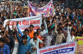 <p>Under the auspices of the reserved Bhil Samaj Vikas Samiti sub-branch, the youth of the Bhil Samaj took out a public awareness rally, development gallantry</p>