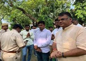 <p>Jalore-Sirohi MP Devji Patel, who came to meet Chief Minister Gehlot in the same queue during the Junsunwai</p>