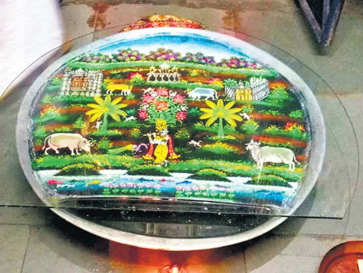 <p>Krishna Leelas made on water for 300 years in Udaipur are called water-sharing paintings.</p>