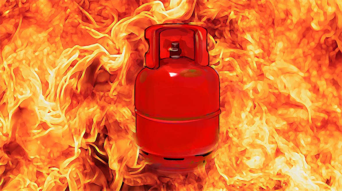 <p>A fire broke out while a shopkeeper was filling gas from the big cylinder to a small cylinder. Cylinder caught fire during filling and explodes. One person was killed and two were seriously injured in the accident.</p>