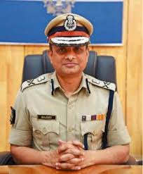 <p>Former Kolkata Police Commissioner Rajiv Kumar had reached the Barasat court for anticipatory bail. But the court refused the hearing and said it was not under its jurisdiction. Rajiv Kumar did not appear before the Central Bureau of Investigation (CBI) on Tuesday morning. He was to appear before the CBI in connection with the Saradha Ponzi scam. Due to his failure to appear before the investigating agency, the possibility of his arrest has increased during the day.</p>