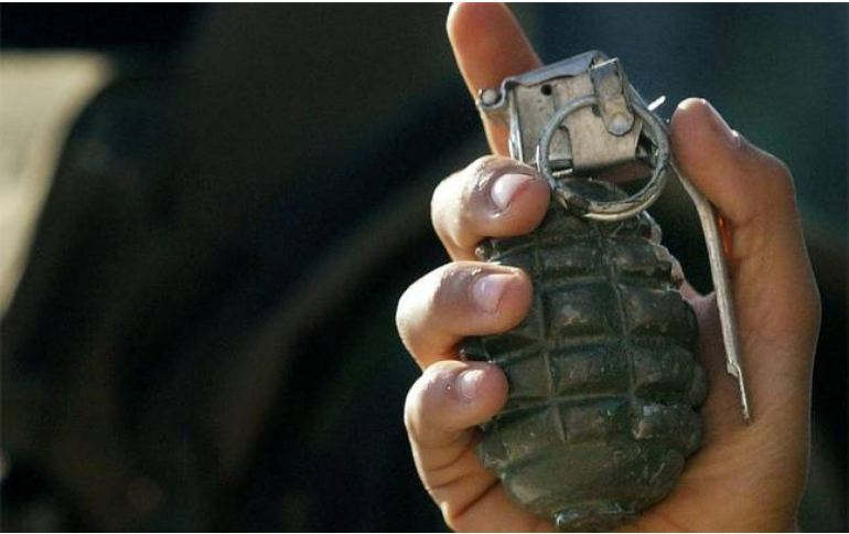 <p>There has been news of a handgrenade found in the car parking of the railway station in Pune. Police detach the grenade by taking it to an empty park.</p>