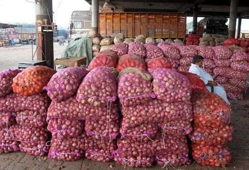 <p>The wholesale prices of onion, after importing from abroad, saw some decrease on Monday. Onions have been imported from Afghanistan and Turkey. Onion Mandi Association president Rajendra Sharma said, '24,000 sacks of onions have reached Azadpur mandi, the largest vegetable market in the country. He told each bag contained 55 kg of onion. For this reason, onion prices have come down compared to the previous week.&nbsp;</p>