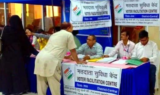 """<p><span style=""""background-color: transparent; color: rgb(0, 0, 0);"""">दिल्ली विधानसभा चुनाव को लेकर तैयारियां तेज हो गई हैं. भारतीय जनता पार्टी से लेकर आम आदमी पार्टी तक अपनी अपनी रणनीतियां बनाने में दोनों पार्टियां कमर कस ली है. इस बीच दिल्ली विधानसभा में दिल्ली की सभी पार्टियों की बैठक 15 नवंबर को बुलाई है, इस बैठक में क्या नतीजा निकल कर आता है यह देखने वाली बात होगी. सूत्रों का यह भी कहना है कि अगर अलग-अलग पार्टियों की अलग-अलग रहा है तो चुनाव आयोग ऐसी राय ले सके और उस पर कार्रवाई कर सकें. चुनाव आयोग ऐसा मानता है कि सभी पार्टियों की एक राय होनी चाहिए. दिल्ली में कुल 9 विधानसभा चुनाव के लिए पार्टियां हैं. यह पार्टियां सभा चुनाव के द्वारा बुलाई गई इस बैठक में अपनी शिकायतें भी दर्ज कर सकते हैं. </span></p><p><br></p><p><span style=""""background-color: transparent; color: rgb(0, 0, 0);""""><span class=""""ql-cursor""""></span>चुनाव आयोग 15 नवंबर से लेकर 15 दिसंबर तक दिल्ली में विधानसभा चुनाव की समीक्षा करेगा, साथ ही वह दिल्ली में किसी का नाम यदि चुनाव लिस्ट में नहीं है तो ऐसे लोगों की भी समीक्षा करेगा. साथ ही ऐसे लोगों को चुनाव आयोग से जुड़ा भी जाए चुनाव आयोग इस बात का भी प्रयास कर रहा है.वहीं, 1 जनवरी 2020 को अगर कोई 18 साल की उम्र को पूरा करता है तो वो भी अपना वोटर कार्ड बनवा सकता है. सभी पार्टियां हर विधानसभा के लिए अपने किसी नेता को वोटर लिस्ट का ही काम देती हैं.</span></p><p><br></p><p><br></p>"""