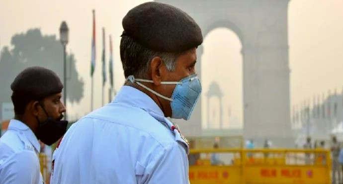 """<p><span style=""""background-color: transparent; color: rgb(0, 0, 0);"""">दिल्ली में प्रदूषण का स्तर मैं अभी भी सुधार नहीं देखा जा रहा है. दिवाली के बाद दिल्ली का प्रदूषण काफी ज्यादा बढ़ गया था एयर क्वालिटी इंडेक्स 1000 के भी पार पहुंच गया था. पिछले कुछ दिनों में एयर क्वालिटी इंडेक्स में गिरावट दर्ज की गई है, इसके बावजूद भी दिल्ली की हवा सांस लेने के लिए अनुकूल नहीं बताई जा रही है. सुबह के वक्त लोधी रोड पर पीएम 2.5 बताया गया है और एयर क्वालिटी इंडेक्स 230 बताया जा रहा है. हालांकि शुक्रवार के मुताबिक एयर क्वालिटी इंडेक्स में काफी गिरावट दर्ज की गई है. इसके पहले दिल्ली सरकार दिल्ली में बढ़ते प्रदूषण को ध्यान में रखते हुए दिल्ली में कई प्रतिबंध लगाए हैं. इसके साथ ही 4 नवंबर से 15 नवंबर तक दिल्ली में ऑड ईवन&nbsp; नियम को लागू किया गया है. </span></p><p><br></p><p><span style=""""background-color: transparent; color: rgb(0, 0, 0);""""><span class=""""ql-cursor""""></span>दिल्ली में बढ़ते हुए प्रदूषण के असर को देखते हुए केजरीवाल सरकार बड़े स्तर पर काम कर रही है. लेकिन विपक्ष आम आदमी पार्टी को घेरने में चूक नहीं रहा है. भारतीय जनता पार्टी का कहना है कि आम आदमी पार्टी राजनीतिक प्रचार के लिए ऑड ईवन नियम को लागू किया है. दिल्ली के आम आदमी पार्टी के नेता और दिल्ली के मुख्यमंत्री अरविंद केजरीवाल का कहना है कि गुरु नानक साहब जी के 550 में जयंती पर दिल्ली में इस नियम को लागू नहीं किया जाएगा.</span></p><p><br></p><p><br></p>"""