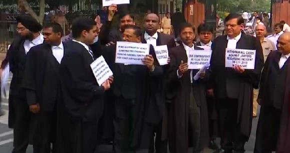 """<p><span style=""""background-color: transparent; color: rgb(0, 0, 0);"""">दिल्ली के तीस हजारी कोर्ट से शुरू हुआ पुलिस के जवान और वकीलों के बीच का विवाद अब 10 दिनों के लिए थे हम क्या है. बीसीआई और बार काउंसिल ऑफ दिल्ली के आवाहन के बाद दिल्ली में वकीलों और पुलिस कर्मियों का हड़ताल स्थगित कर लिया गया है. ऐसा बताया जा रहा है कि सभी वकील सोमवार से काम पर लौटेंगे. इसके पहले बीसीसीआई और बार काउंसिल ऑफ इंडिया के कहने की वजह से वकीलों ने अपनी हड़ताल खत्म कर दी है. ऐसा बता दे कि दिल्ली के सभी जिला अदालतों के वकील पिछले 5 दिनों से हड़ताल पर हैं. हजारी कोर्ट के सामने हुए विवाद के बाद वकीलों और पुलिसकर्मियों के बीच में हड़ताल शुरू हो गई थी. शनिवार को हुए इस विवाद के बाद तीस हजारी कोर्ट का कामकाज ठप हो गया था. </span></p><p><br></p><p><span style=""""background-color: transparent; color: rgb(0, 0, 0);""""><span class=""""ql-cursor""""></span>शनिवार के बाद अब फिर से तीस हजारी कोर्ट का काम बहाल होने जा रहा है. पिछले 5 दिनों से हड़ताल पर गए वकीलों पर सामाजिक और नैतिक दबाव बढ़ता ही जा रहा था. क्योंकि सबसे ज्यादा दिक्कत आम जनता को ही उठाना पड़ रहा था. जिन वकीलों की सुनवाई रोजाना चल रही थी ऐसे वकील अदालत में उपस्थित नहीं होने पर उनके मुकदमे पर उसका असर हो रहा था. बीसीआई और बार काउंसिल ऑफ इंडिया ने आवाहन किया कि वकीलों को अपनी हड़ताल खत्म कर देनी चाहिए उन्होंने ऐसा इसलिए कहा कि हाई कोर्ट के आदेश का हमें सम्मान करना चाहिए इसीलिए उन्होंने 10 दिनों के लिए हड़ताल डाल दी है. वकीलों और पुलिसकर्मियों के बीच में बातचीत करने के लिए 10 दिनों का समय दिया गया है इस 10 दिनों के भीतर इन दोनों को अपना मामला सुलझाना होगा.</span></p><p><br></p><p><br></p>"""