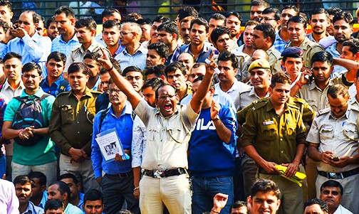 """<p><span style=""""background-color: transparent; color: rgb(0, 0, 0);"""">दिल्ली के तीस हजारी कोर्ट में हुए विवाद के बाद स्पेशल सीपी संजय सिंह और एडिशनल डीसीपी का तबादला कर दिया गया है. दोनों को अदालत के आदेश के बाद हटाया गया है. दरअसल&nbsp; कुछ दिनों पहले दिल्ली पुलिस के जवानों और वकीलों के बीच में तीस हजारी कोर्ट के सामने पार्किंग को लेकर विवाद हो गया था. अब यह विवाद गहराता ही चला जा रहा है. अदालत के आदेश पर कई अधिकारियों का तबादला किया जा रहा है. संजय सिंह का तबादला लाइसेंसिंग एंड ट्रांसपोर्ट डिपार्टमेंट में कर दिया गया है. इसके अलावा एडिशनल डीसीपी हरेंद्र कुमार का तबादला रेलवे विभाग में कर दिया गया है. इसके अलावा एक और पुलिस अधिकारी का तबादला कर दिया गया है.</span></p><p><br></p><p><span style=""""background-color: transparent; color: rgb(0, 0, 0);""""><span class=""""ql-cursor""""></span>तीस हजारी कोर्ट में हुए हिंसा के बाद यह मामला कोर्ट में चला गया था. हाई कोर्ट में हुई सुनवाई के बाद एडिशनल डीसीपी और स्पेशल सीपी को ट्रांसफर का आदेश दे दिया गया था. जिसके बाद पुलिस विभाग की तरफ से कार्रवाई करते हुए दोनों ऑफिसर का तबादला कर दिया गया है. इस घटना के बाद दिल्ली पुलिस के जवानों का गुस्सा खासकर पुलिस कमिश्नर के ऊपर फूटा. हालांकि दिल्ली पुलिस कमिश्नर अमूल्य पटनायक आज घायल जवानों के घर पर गए और उनके परिवार से उनका हालचाल पूछा. तीस हजारी कोर्ट में हुए हिंसा का एक और सीसीटीवी वीडियो सामने आया है. सीसीटीवी फुटेज में जहां साफ साफ दिख रहा है कि पुलिस लॉक आपके अंदर वकील घुस गए और आग लगा दी.</span></p><p><br></p><p><br></p>"""