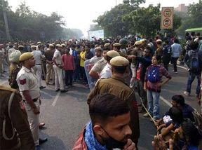 """<p><span style=""""background-color: transparent; color: rgb(0, 0, 0);"""">दिल्ली के जवाहरलाल यूनिवर्सिटी में सोमवार को यूनिवर्सिटी में प्रदर्शन करने&nbsp; उतरे छात्र और पुलिस के जवानों के बीच में भीषण भिड़ंत हो गई. पुलिस ने छात्रों पर पानी की बौछार बरसाई, लेकिन पुलिस और जवाहरलाल यूनिवर्सिटी के छात्रों के बीच हुआ घमासान रुकने का नाम नहीं ले रहा है. जवाहरलाल यूनिवर्सिटी के छात्र अपने मांग पर डटे हुए हैं. जवाहरलाल यूनिवर्सिटी में छात्रों की हॉस्टल की फीस बढ़ाने और टाइमिंग चेंज करने के कारण पुलिस के जवानों और यूनिवर्सिटी के छात्रों के बीच में घमासान शुरू हो गया. </span></p><p><br></p><p><span style=""""background-color: transparent; color: rgb(0, 0, 0);""""><span class=""""ql-cursor""""></span>पुलिस ने छात्रों को रोकने की भरपूर कोशिश की लेकिन छात्र रुकने का नाम नहीं ले रहे हैं. पुलिस और यूनिवर्सिटी के छात्र एक-दूसरे के आमने-सामने आ गए, जिसके कारण दोनों के बीच में घमासान हो गया और धक्का-मुक्की भी हुई. लेकिन छात्र पीछे नहीं हटे और अपनी मांग पर अड़े हुए हैं. सोमवार को ही जवाहरलाल यूनिवर्सिटी में दीक्षांत कार्यक्रम भी चालू किया गया था जिस में शामिल होने के लिए मानव संसाधन मंत्री रमेश पोखरियाल भी उपस्थित हुए थे. इसी बीच बाहर छात्रों का प्रदर्शन शुरू हो गया जिसके कारण रमेश पोखरियाल को करीबन 6 घंटे तक जवाहरलाल यूनिवर्सिटी में ही रुकना पड़ा. यूनिवर्सिटी के छात्रों का मांगता की जब तक यूनिवर्सिटी के कुलपति सामने नहीं आते हैं तब तक प्रदर्शन रोकने वाला नहीं है.</span></p>"""