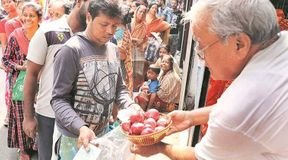 """<p><span style=""""background-color: transparent; color: rgb(0, 0, 0);"""">Various steps are being taken by the state and central government to check the onion prices of onions. Despite this, onion prices are not taking a name. In this regard, Chief Minister Mamata Banerjee herself reached Jadubabu market and took stock of the situation. The Chief Minister knew the prices of onion and other vegetables from vegetable vendors. Many vegetable vendors declared onion prices like Rs 140. He said that he himself buys for 130 rupees. Mamta Banerjee wandered in vegetable markets and wanted to know from the sellers whether Suphal Bangla onion is sold in the market? He said that the government is giving onions at the rate of Rs 59 per kg. The Chief Minister got the answer that he does not get that onion. It turned out that the vegetable cart does not reach the mandis here. The Chief Minister asked him from where did he buy onions. He talked to the vegetable vendors to know whether the price of onion is being increased deliberately. The Chief Minister directed the administrative officials that they should keep information about whom vegetable vendors are buying onions. The Chief Minister asked the officers to look into the matter. Chief Minister Mamata Banerjee reacted to the onion at the Dumarazilla Helipad ground before going to Digha by helicopter. He said, 'Onions are being sold at 131 Suphal Bangla outlets for 59 rupees. The West Bengal government is giving a subsidy of 50 rupees and also told that even after the agreement with the central government, the central government did not give onions, and that is why there is a problem today. From today, 430 food partner dealers and 105 volunteers will sell onions for Rs. 59 a kg. The state government has decided to sell onion in about one and a half to two thousand places.'</span></p>"""