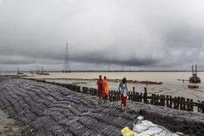 """<p><span style=""""background-color: transparent; color: rgb(0, 0, 0);"""">पश्चिम बंगाल से भारतीय तटरक्षक बल और एनडीआरएफ द्वारा की जाने वाले जॉइन ऑपरेशन के बाद पश्चिम बंगाल से गायब गए 9 मछुआरों में से चार के शव को बरामद कर लिया गया है. यह जानकारी एक वरिष्ठ सुरक्षा अधिकारी ने&nbsp; दिया. दरअसल कुछ दिनों पहले बुलबुल तूफान की चपेट में आने से मछुआरों की नाव समुद्र में पलट गई थी के बाद भारतीय तटरक्षक बल और एनडीआरएफ की ऑपरेशन चालू था. कई दिनों के ऑपरेशन के बाद 9  में से चार के शव बरामद कर लिए गए हैं. सूत्रों के हवाले से पता चला है कि यह&nbsp; नाव देर से करीब 50 मीटर दूर तक चली गई थी.</span></p><p><br></p><p><span style=""""background-color: transparent; color: rgb(0, 0, 0);""""><span class=""""ql-cursor""""></span> बुलबुल तूफान ने दक्षिण 24 परगना, गंगासागर जैसे क्षेत्रों में सबसे पहले दस्तक दी थी. तटरक्षक दल के कमांडर द्वारा बताए गए जानकारी के अनुसार  तटरक्षक बल कई दिनों से खोज कर रही थी और कई दिनों की खोजबीन होने के बाद 4 को समंदर से बरामद किया गया है. चारों शाव को स्थानीय प्रशासन को सौंप दिया गया है। सोमवार को फिर से समुंदर में बाकी शवों की खोज जारी की गई। और बाकी सब को भी खोजा जा रहा है अभी तक की मिली जानकारी के अनुसार में बाकी सब को तटरक्षक बल ने खोज नहीं पाया है।</span></p><p><br></p><p><br></p>"""