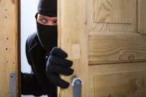 <p>मथुरा में चोरो ने चोरी करने का तारीका फिल्म हेरा फेरी देख कर लिया और एक कपड़ा व्यापारी के घर कर डाली 84 लाख की चोरी ।दरसल मथुरा में 27 सितम्बर की रात कपडा व्यापारी के घर लाखो की चोरी हो गई ।व्यापारी ने चोरी की सुचना पुलिस को दी तो छानबीन ने पता चला की चोरी करने बाला  टेक्सी ड्राइवर है । ड्राइवर का निवास व्यापारी के घर के पास ही है । पुलिस ने जब पड़ताल शुरू की तो पता चला की टेक्सी ड्राइवर ने यह चोरी फिल्म हेरा फेरी से देख कर की ।वारदात के बाद&nbsp;टेक्सी चालक ने चोरी किया पैसा छुपाने के लिए फर्श की खुदाई की और सारा मॉल जमीन में दवाकर ऊपर से अपनी चारपाई बिछा दी। ताकि किसी को सक न हो और उसका राज न खुल सके ।</p><p>28 सितंबर&nbsp;को शहर में दलपत खिड़की निवासी कपड़ा व्यापारी जुगल किशोर के बंद मकान में घुसे चोरों ने लाखों रुपये के जेवरात और नकदी चोरी कर भाग गए । व्यापारी शनिवार के दिन आँखों का इलाज करने परिवार सहित दिल्ली गया हुआ था । चोरो ने मौका देख कर हाँथ साफ कर दिया । जब व्यापारी&nbsp;जुगल किशोर वापस आये तो उन्हें चोरी की जानकारी हुई।उन्होंने थाने में लाखों के जेवरात व नकदी चोरी होने की रिपोर्ट लिखाई थी। पुलिस ने २ दिन में ही चोरी करने बाले टैक्सी ड्राइवर दिनेश उर्फ टोरी यादव को पकड़ लिया । पुलिस ने टेक्सी ड्राइवर के पास से 83लाख रुपए के जेबरात व् कॅश बरामद कर लिया है ।आरोपी व्यापारी के घर में छत का जाल हटाकर गमछे के सहारे भीतर दाखिल हुआ था। व्यापारी के घर के बाहरी हिस्से में ताला लगा था। आरोपी करीब 83 लाख का माल चुराकर ले गया था।&nbsp;</p><p>वरिष्ठ पुलिस अधीक्षक ने बताया चोरी करने बाले टेक्सी ड्राइवर ने फिल्म देखकर चोरी को अंजाम दिया । चोरी किया माल फर्श&nbsp;के नीचे दबा दिया। उसके ऊपर सीमेंट करने के बाद प्लाई से उस जगह को छुपाया। फिर अपनी चारपाई उसके ऊपर रख दी ताकि किसी को गड्ढा होने का शक न हो।&nbsp;</p>