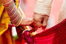 <p>मथुरा पुलिश ने एक ऐसे गिरोह का पर्दाफाश किया है जो अविवाहितो की जानकारी कर-कर उनको शादी का झाॅसा देकर उन्हें अपनी ठगी का शिकार बनाते है। गिरोह मे चार पुरूष तथा तीन महिलाएं है।</p><p>मामला मथुरा के ग्राम सौरव का है। जहां एक युवक को शादी का झाॅसा देकर इस गिरोह ने ढाई लाख रू हडप लिऐ। गिरोह की एक लडकी ने युवक के साथ मन्दिर मे शादी रचाई। इसके दस दिन बाद ही नई नवेली दुलहन घर से भाग गई। पीडित युवक ने थाने मे इसकी रिपोर्ट दर्ज कराई। पुलिस ने गिरोह के सभी सदस्यों को पकड लिया है उनसे पूछताछ चल रही है।</p><p><br></p>