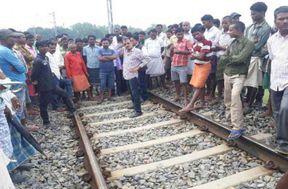 <p>पैसेंजर ट्रेन में सवार यात्रियों में उस समय हड़कंप मच गय। जब अचानक इस ट्रेन के पहिये थम गए। दरअसल मथुरा के गोवर्धन क्षेत्र में सकरवा फाटक पर अंडर पास बनने का बिरोध कर रहे ग्रामीणों ने रेल मार्ग पर प्रदर्शन करते हुए पैसेंजर ट्रेन को रोके लिया।जिससे यात्रियों ने खलबली मच गई। रेल मार्ग के बाधित होने की सुचना पुलिस को दी गई । सूचना पर पहुंची थाना पुलिस ग्रामीणों को समझाने कर ट्रैक खाली करा ट्रैन पास करा दी।</p><p>गोवर्धन के निकट सकरवा फाटक पर अंडर पास बनना है। इसी के विरोध में आसपास के सैकड़ों ग्रामीणों ने अलवर रेल मार्ग जाम कर दिया है। ग्रामीणों के विरोध के कारण मथुरा अलवर पैसेंजर को बहेज गांव के पास रोक दिया गया है। ग्रामिणी ने ट्रैक पर जमकर बिरोध प्रदर्शन और नारेबाजी की ।</p><p>रेल मार्ग पर विरोध प्रदर्शन की सूचना मिलते ही पुलिस फोर्स के साथ सीओ गोवर्धन पहुंच गए हैं। पुलिस ने ग्रामीणों को समझा कर ट्रैक खाली करा ट्रेनों कि आबाजाही शुरू करा दी है । वहीं अभी तक रेलवे का कोई अफसर नहीं पहुंचा है। ग्रामीणों लगभग दो घंटे ट्रैक पर बैठे रहे जिससे मथुरा अलवर पैसेंजर से यात्रा कर रहे यात्रियों को काफी परेशानी हुई ।</p>